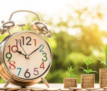 Intervallfasten ist praktisch und gesund Wecker und Geldstücke