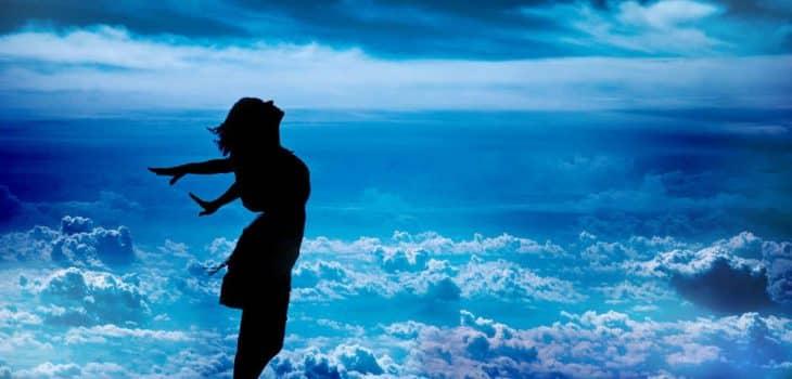 Meine Erfahrung mit Intermittierendem Fasten, Frau steht am Meer