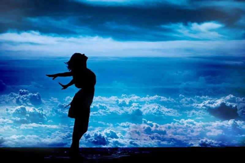 Durch intermittierendes Fasten mehr HGH und Verjüngung - Frau steht am Meer