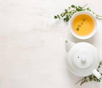 fasten ist gesund egal ob intervallfasten und fastenkur, kanne Tee und eine Tasse mit Tee