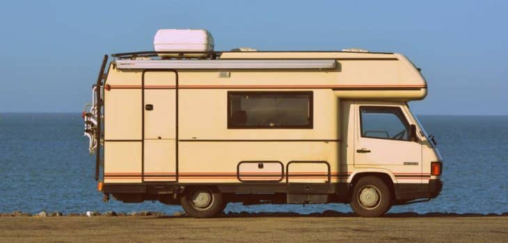 intermittierendes fasten auf reisen, ein altes Wohnmobil