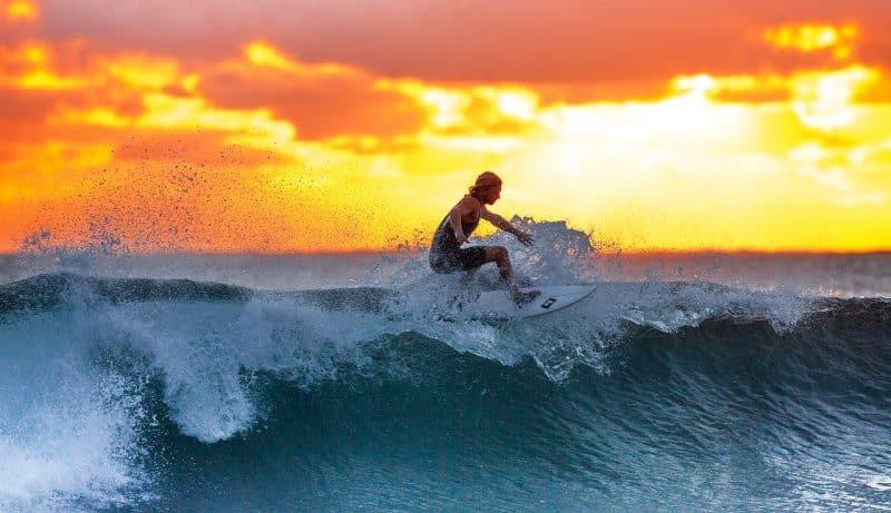 Mehr Lebensenergie durch intermittierendes Fasten - Surfer auf Welle