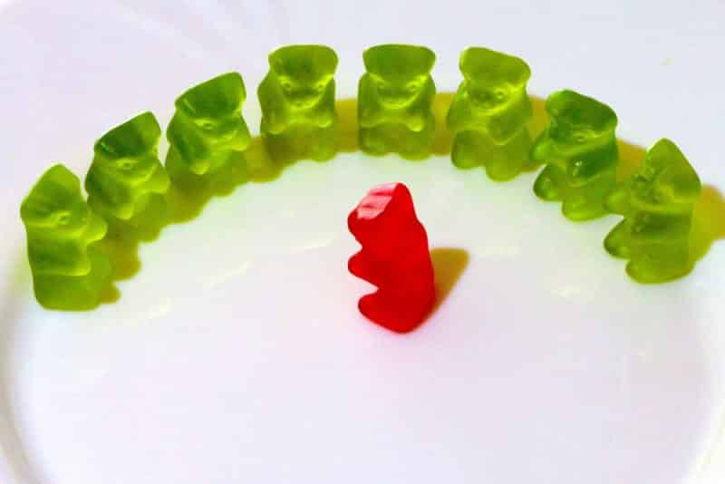 Intervallfasten zum Abnehmen: Welche Methode funktioniert am besten? - grüne Gummibärchen im Kreis