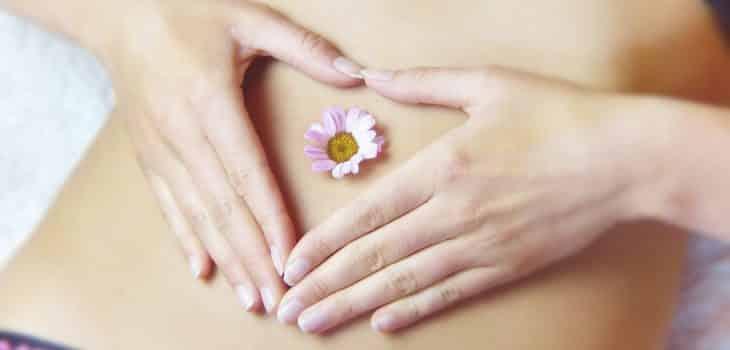 Frau mit Blume auf dem Bauch