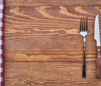 muss man beim intervallfasten verzichten, Besteck auf leerem Tisch