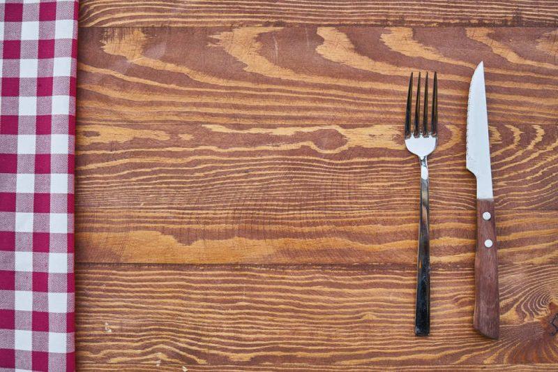 Morgenfasten: Kein Frühstück beim Intervallfasten verzichten, Besteck auf leerem Tisch