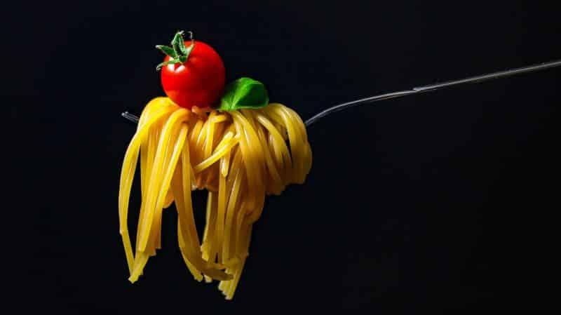 wie viel darf man essen beim intervallfasten, Gabel mit Spaghetti