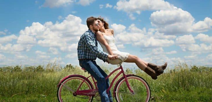 leicht und unbeschwert durch intervallfasten, Frau und Mann auf einem Fahrrad