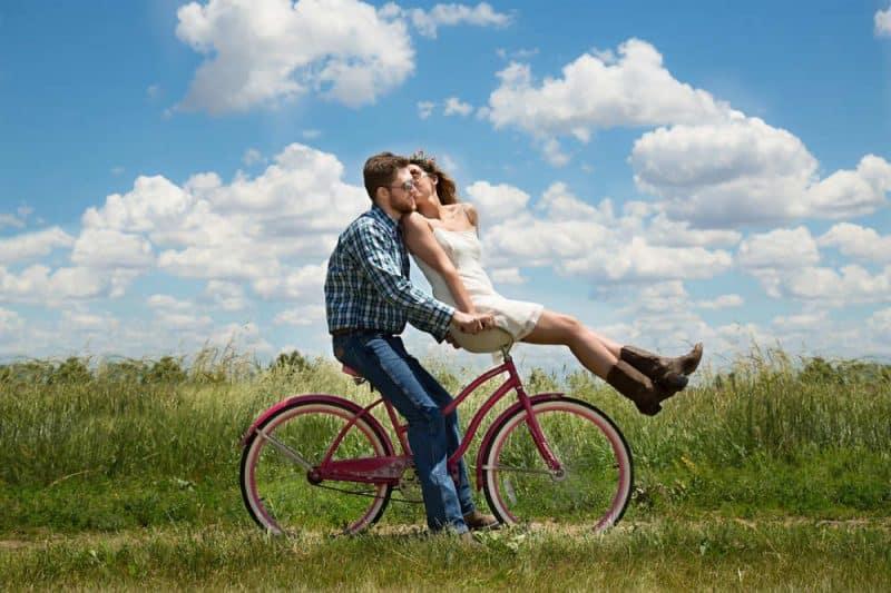 Meine Erfahrung mit Intervallfasten 20/4, Frau und Mann auf einem Fahrrad