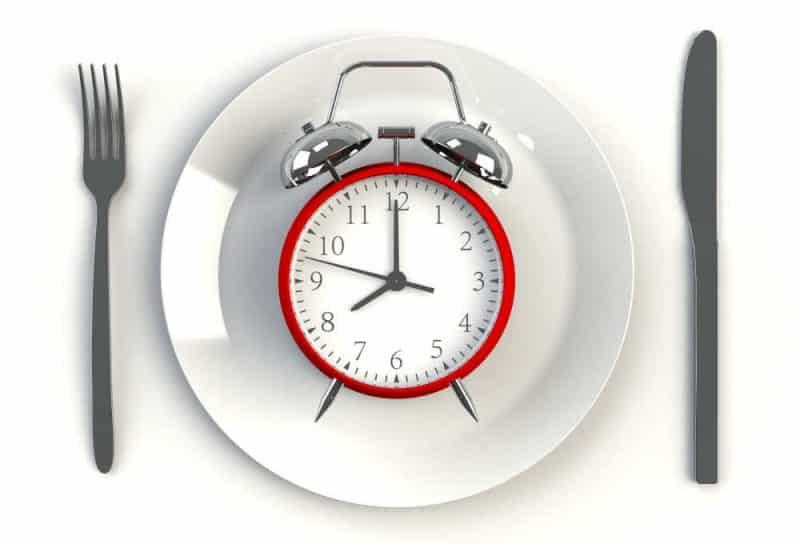 Intervallfasten statt Diät zum Abnehmen - Wecker auf Teller