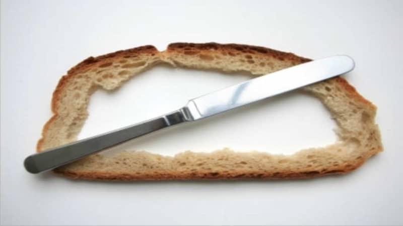 Intervallfasten ist gesund - ausgehöhlte Scheibe Brot mit Messer