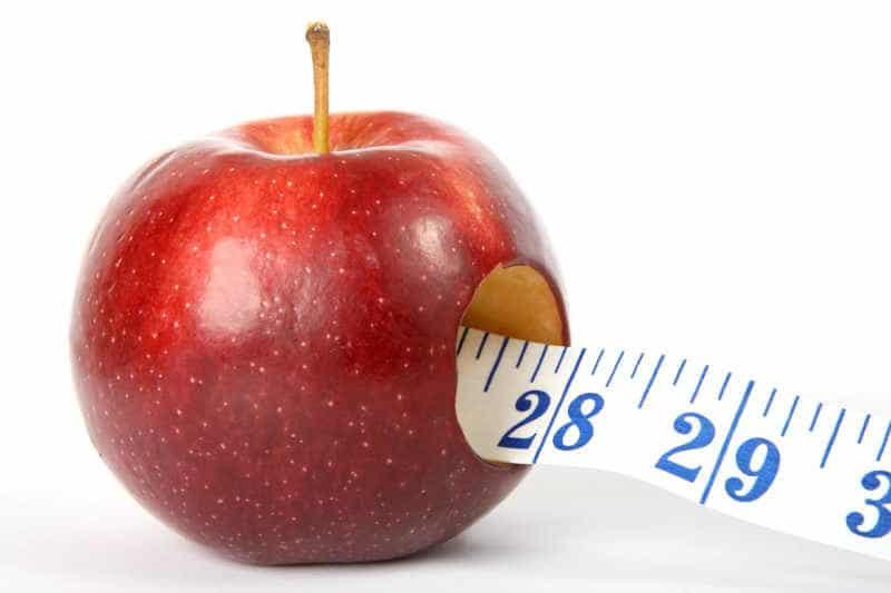 Intervallfasten zum Abnehmen - Apfel mit Maßband