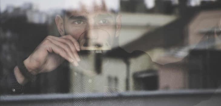Tipps für sicheren Erfolg beim Intervallfasten - Mann trinkt eine Tasse Kaffee