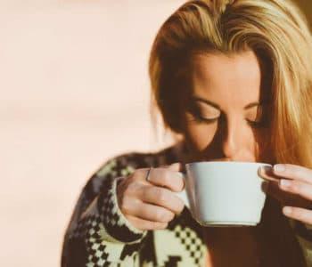 Heilfasten das passiert im Körper - Frau trinkt Tee